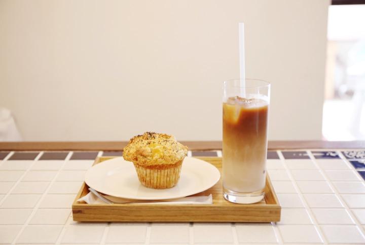 パイナップルジンジャーマフィンと、アイスのカフェオレ。