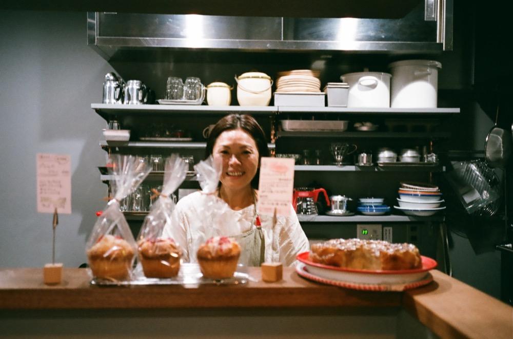 立ち寄ったのは、ベトナム料理店「n.r store(エヌ・アールストア)」。名物のバインミーの他、焼き菓子やパン、木工雑貨も販売している。ご夫婦で経営されている、奥様の美濃さん。