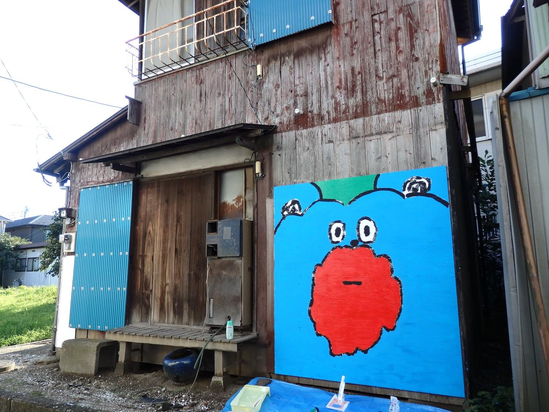 壁画が描かれた「古民家アパート」の外観