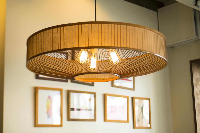 料亭「島崎」から引き継いで使用しているという照明。