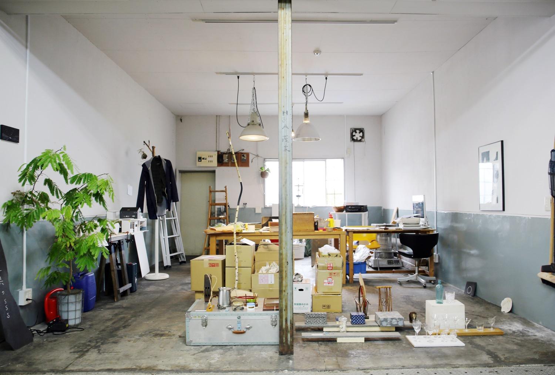 店舗の隣。取材当日、手前には各地で見つけてきた古道具が並ぶ。奥は、シキナミカズヤ建築研究所SKALの事務所スペース。
