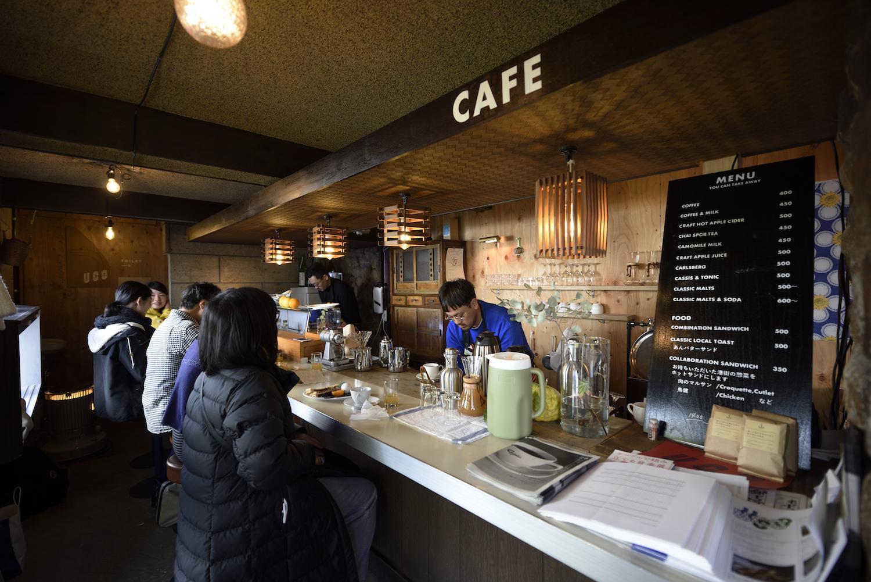 """「UCOプロジェクト(2016〜)」アッセンブリッジ・ナゴヤ2017の会期中、20年間閉じていた旧寿司店""""潮寿司""""にて、カフェ営業を行い再び人が集える場所に。モーニングの販売(「たとえば、いつもより早く起きてモーニングを食べてみるとする。」)なども行なった。【写真提供:アッセンブリッジ・ナゴヤ実行委員会 撮影:怡土鉄夫】"""