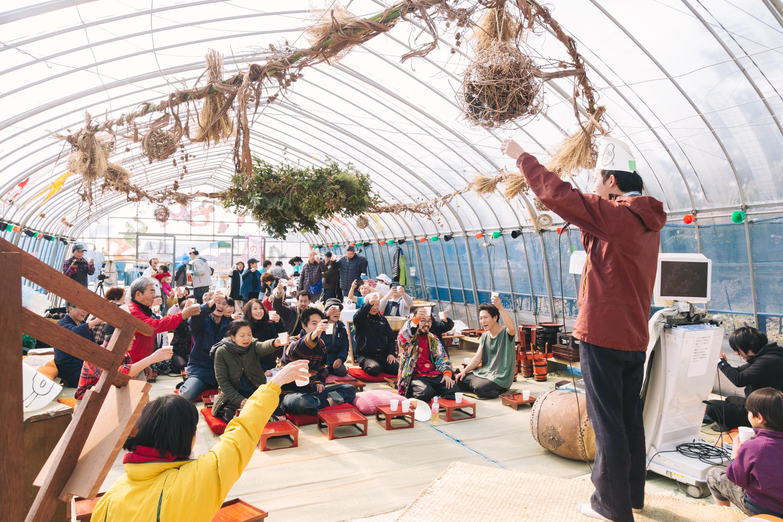 「おおたま春の大演芸大会in園芸ビニールハウス」/Photo: comuramai
