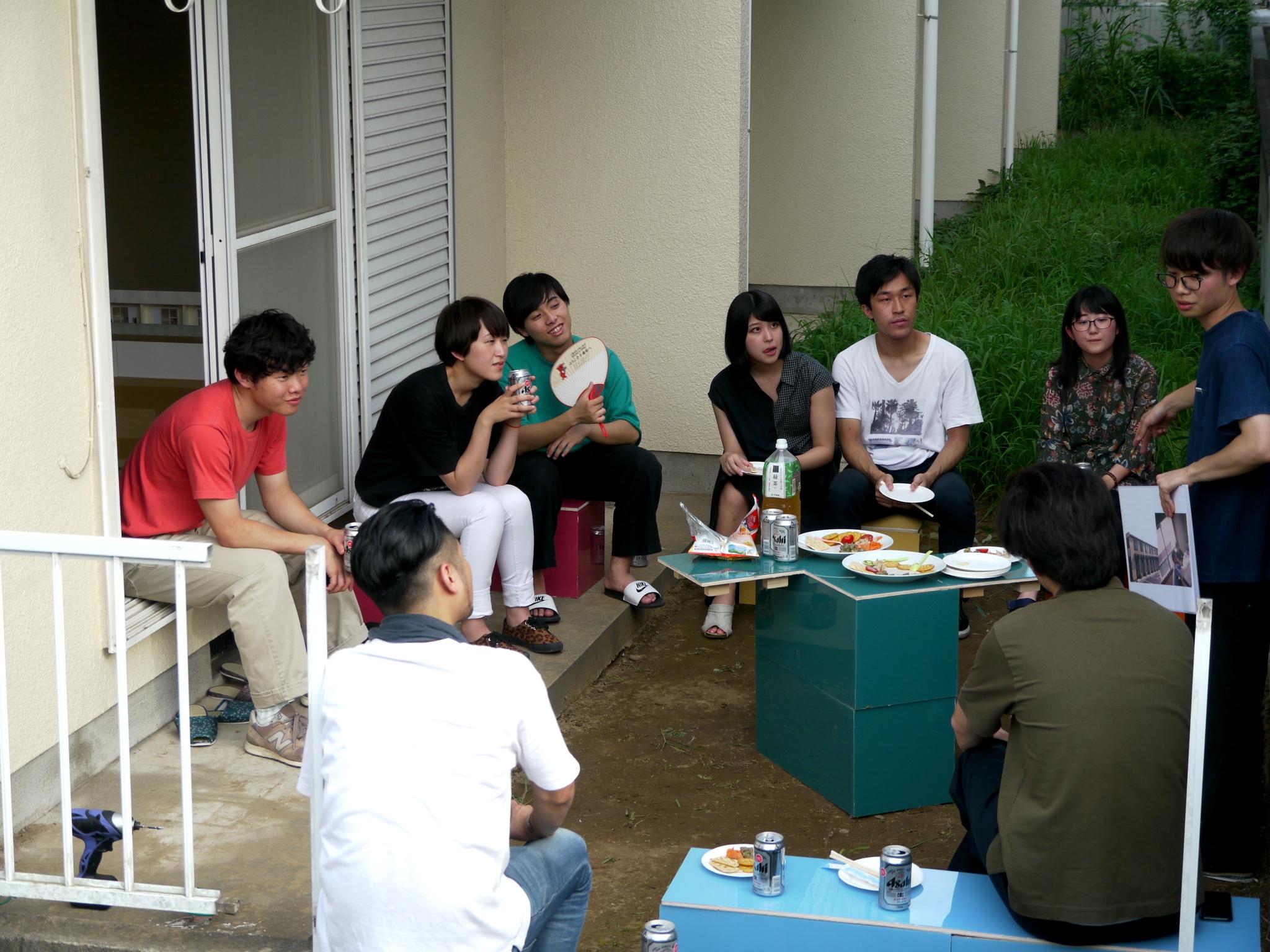 試作したモジュールを用いて、実際にマンションの庭で行われたホームパーティーの様子。