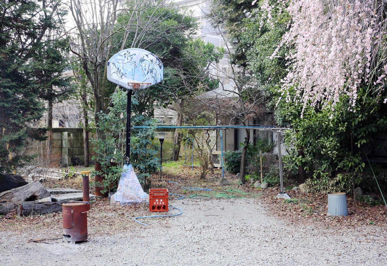 バスケットゴールのあるアトリエの前庭。