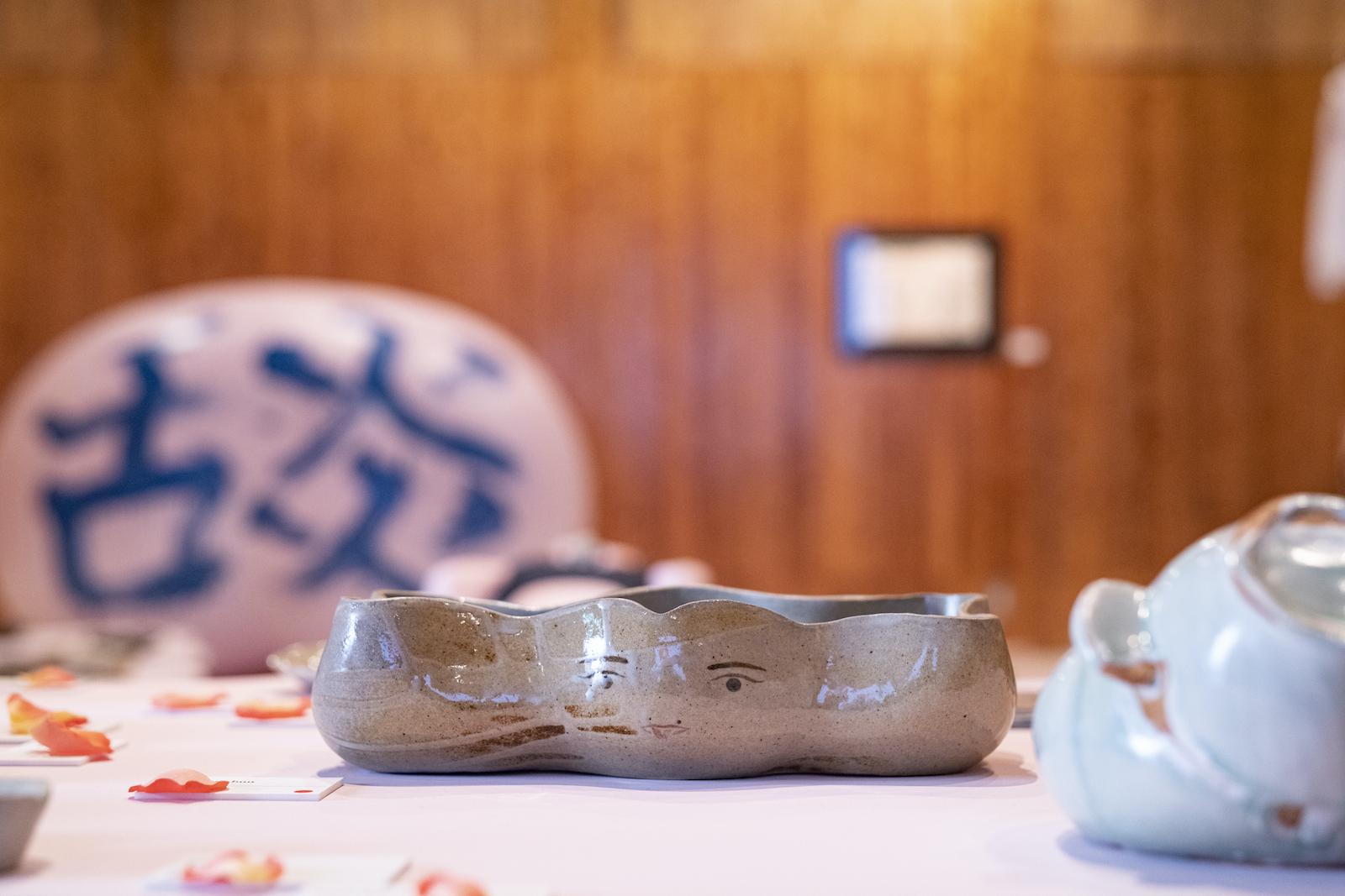個展「舕 TONGUE」で展示された陶芸作品。photo / 梅田健太