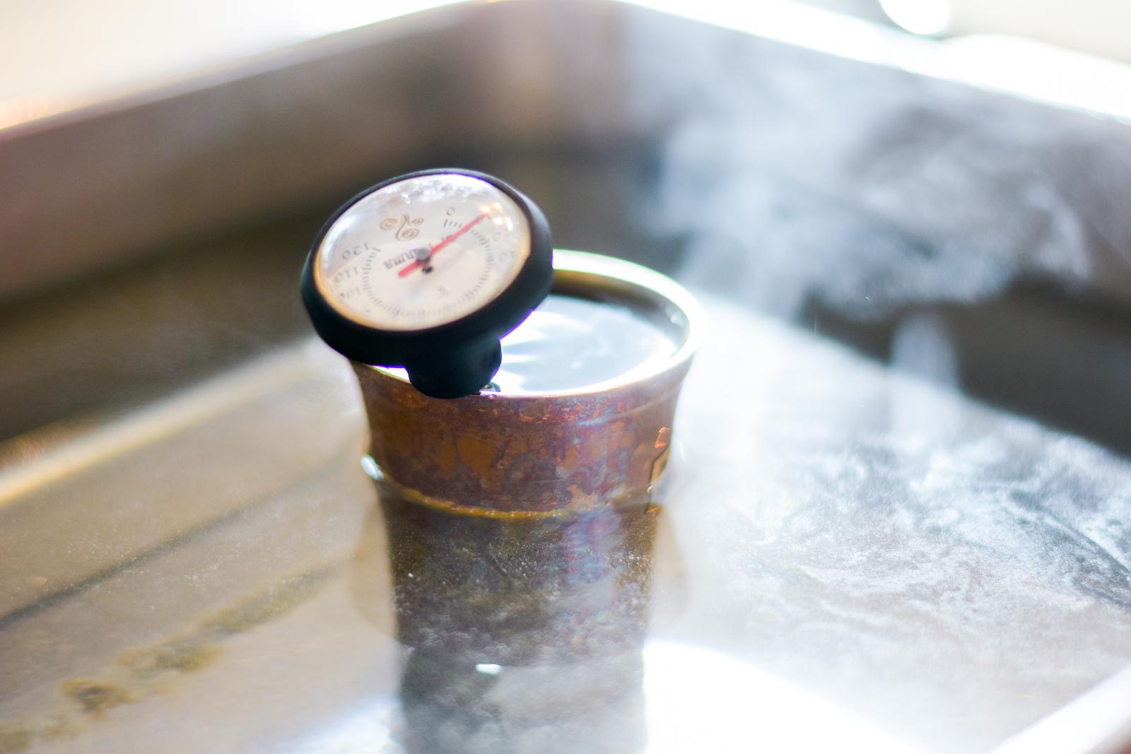 ホットコーヒーは、水出しコーヒーを湯煎して提供される。