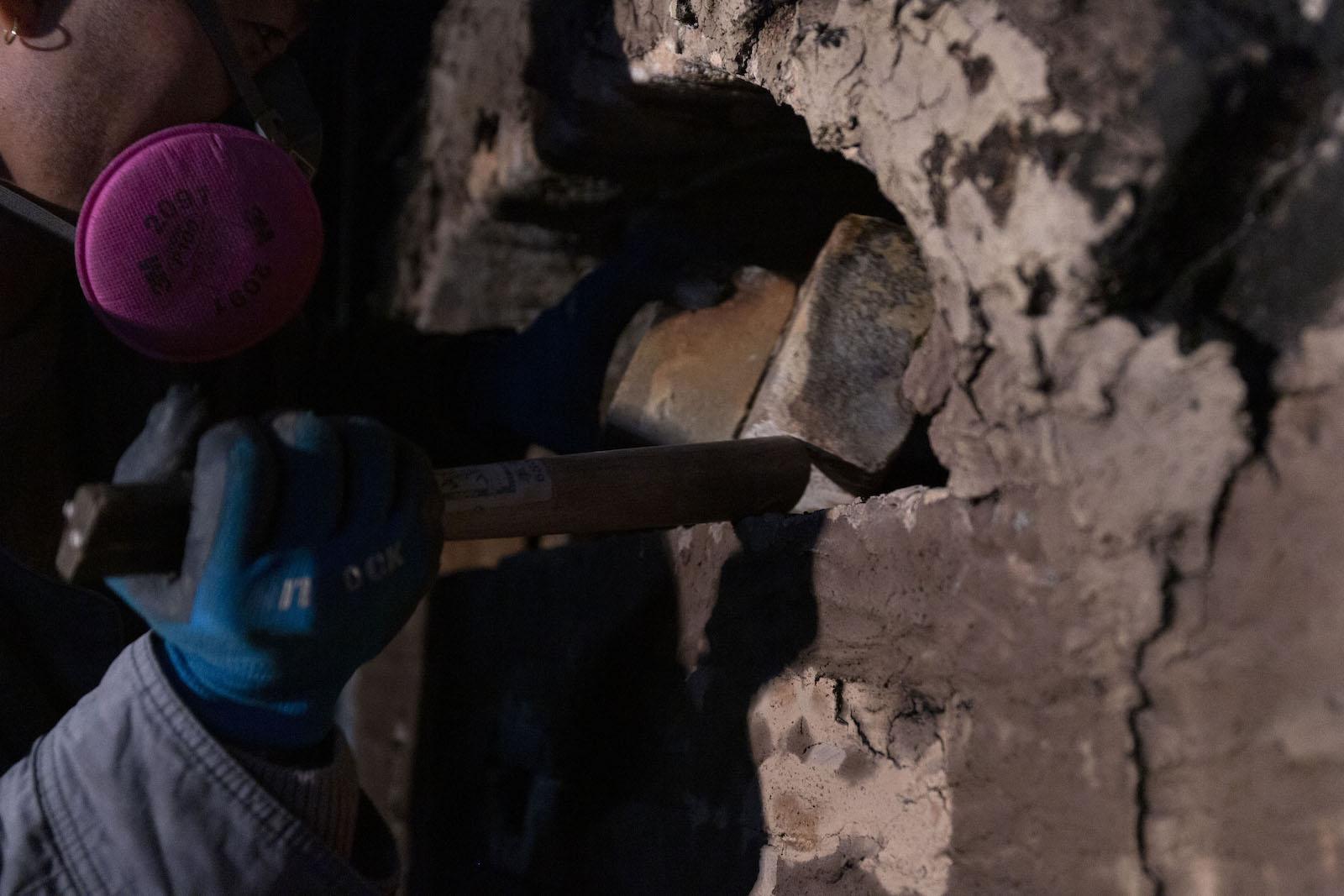 レンガで密閉していた入口部分を引き剥がすようにして窯を開ける。
