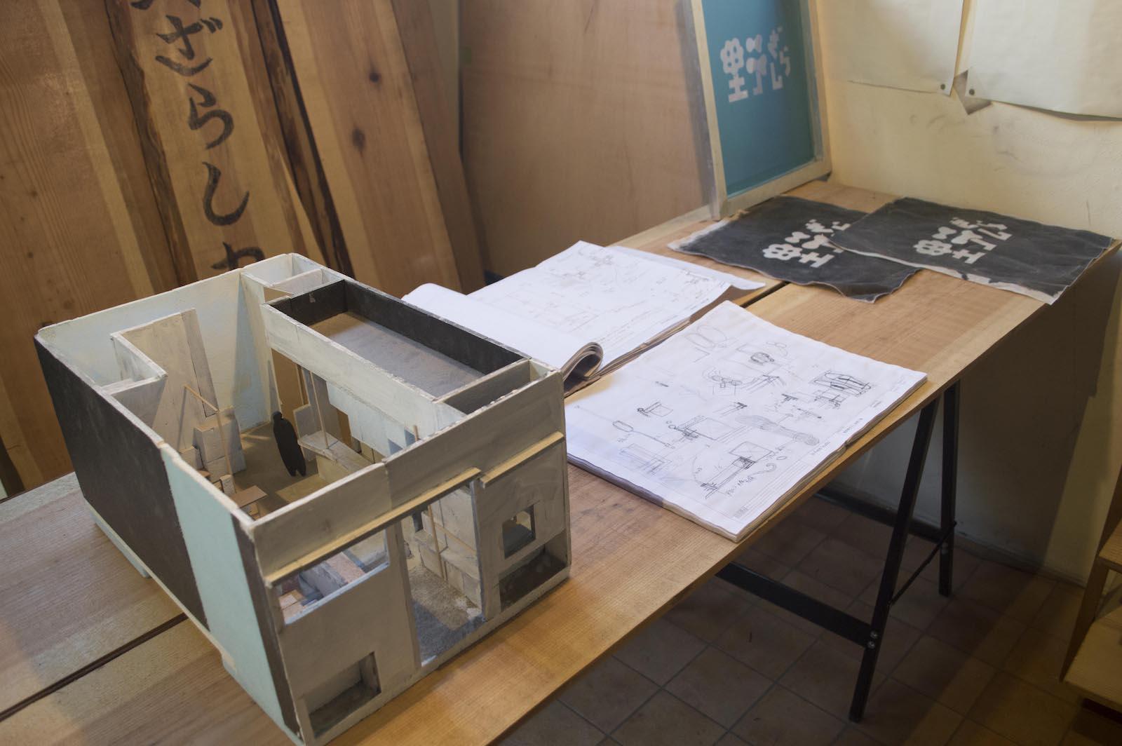 2階では佐藤による「喫茶野ざらし」の建築模型や図面をはじめ、この場所に関連する様々な資料が展示された。