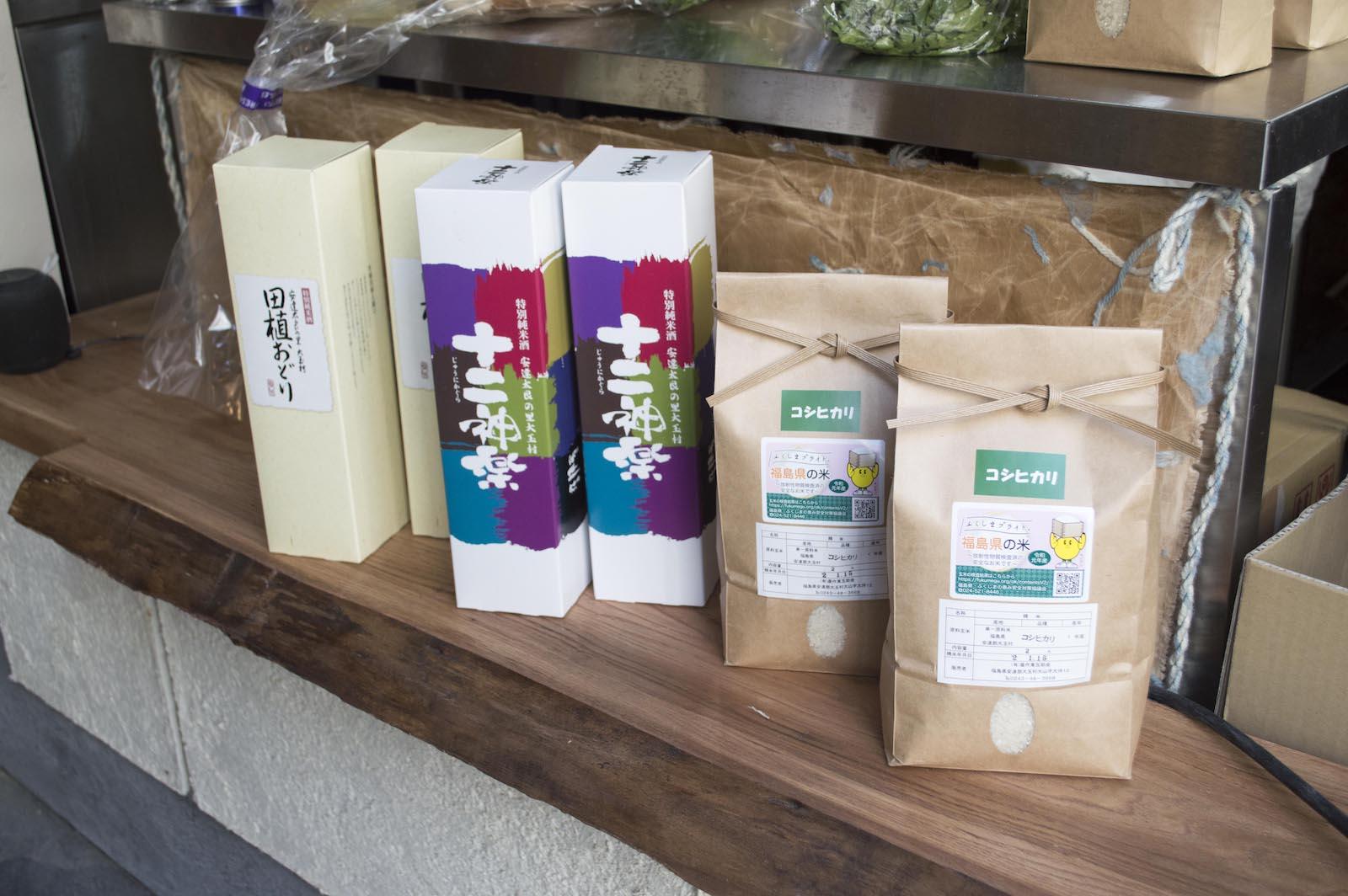 カウンターには福島県大玉村産のコシヒカリや日本酒が並ぶ。