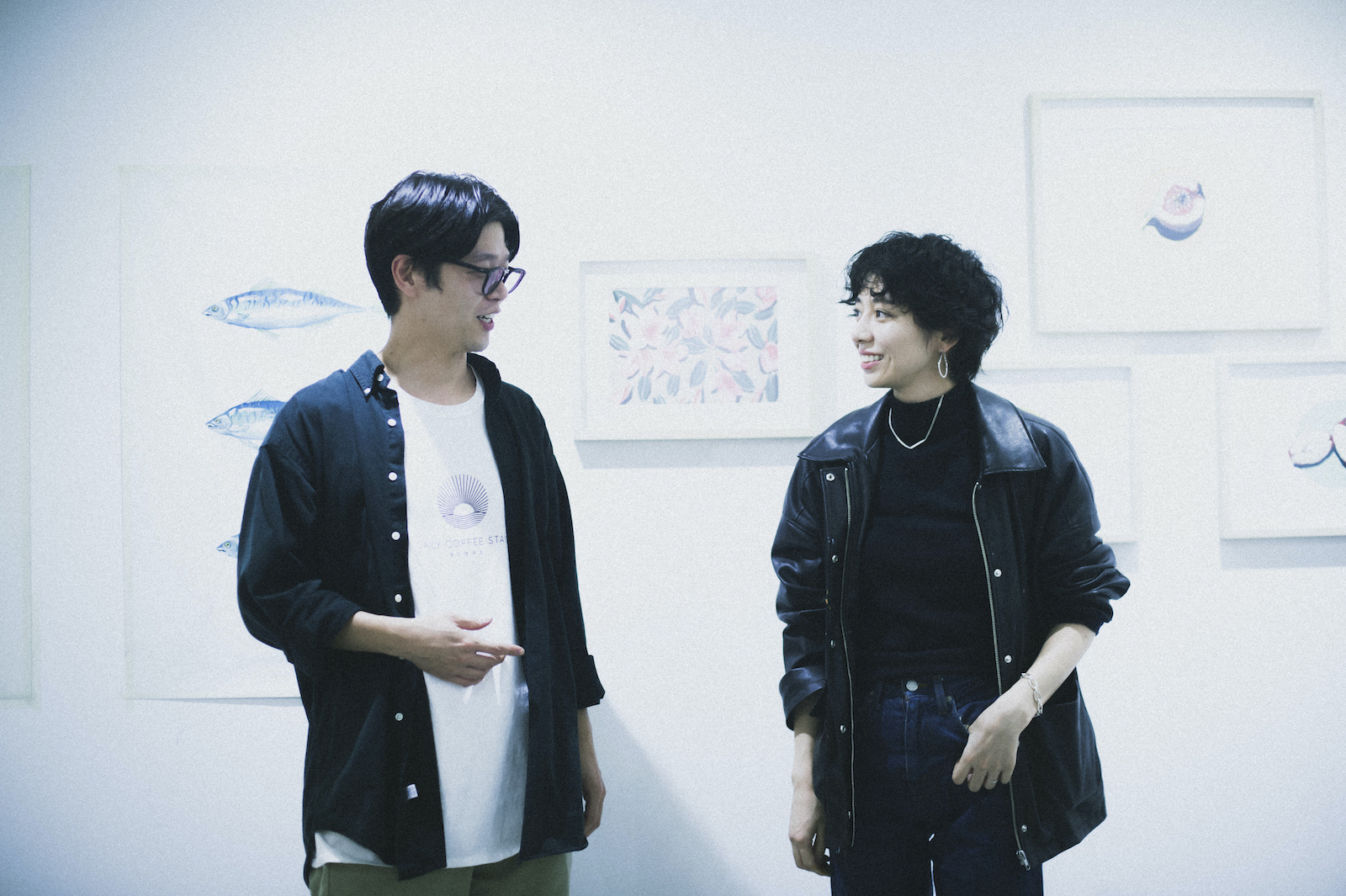 店主の小川優さん(左)と、絵描きのIzumida Leeさん(右)。