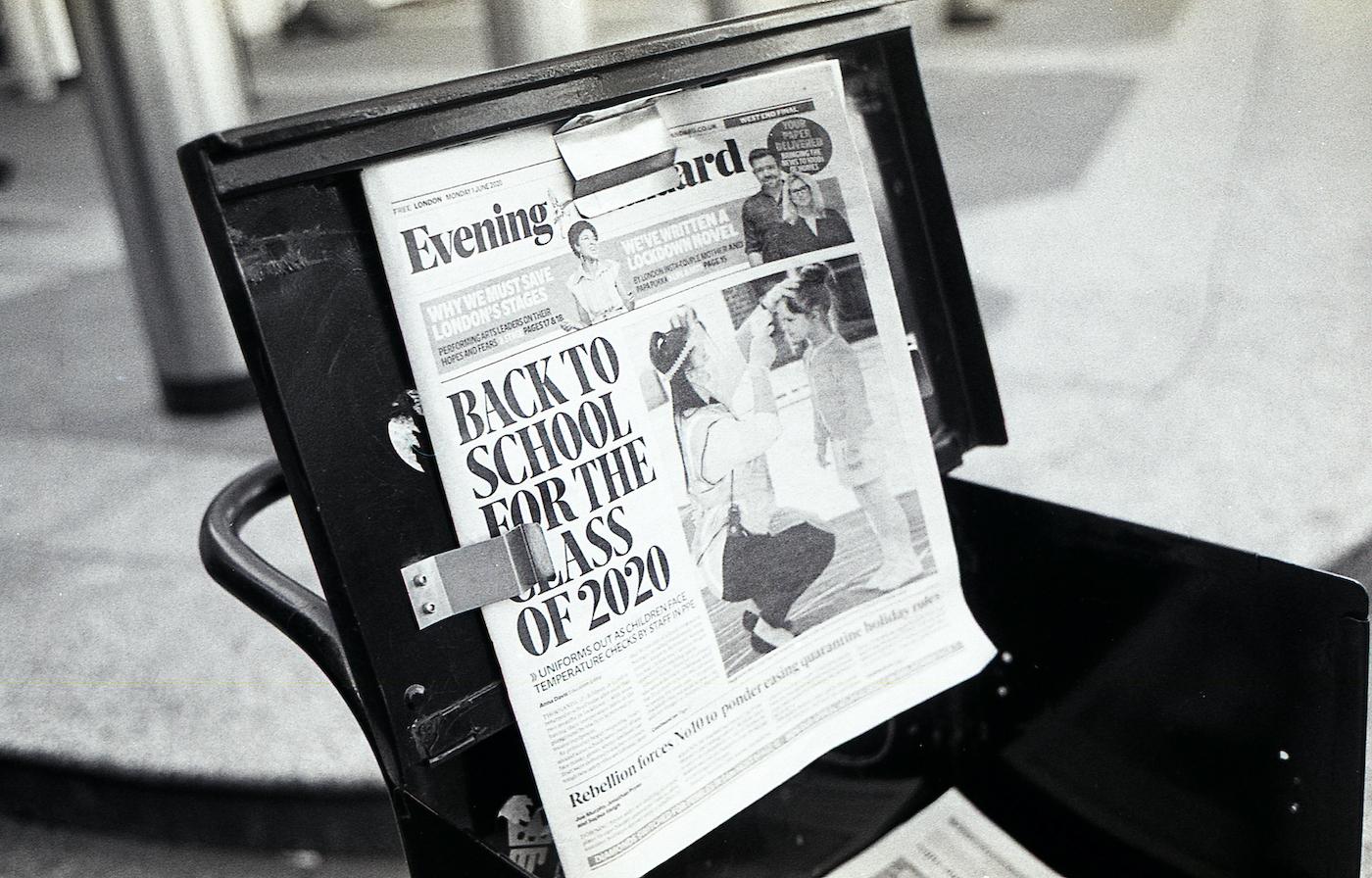 学校が再開するという記事がトップの新聞。