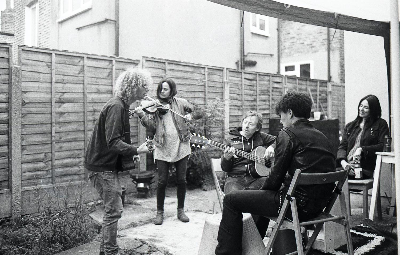 友達の家にミュージシャンが集まり演奏してる様子。ライブをする場所がないミュージシャン達は今回のコロナで大きな影響を受けている。