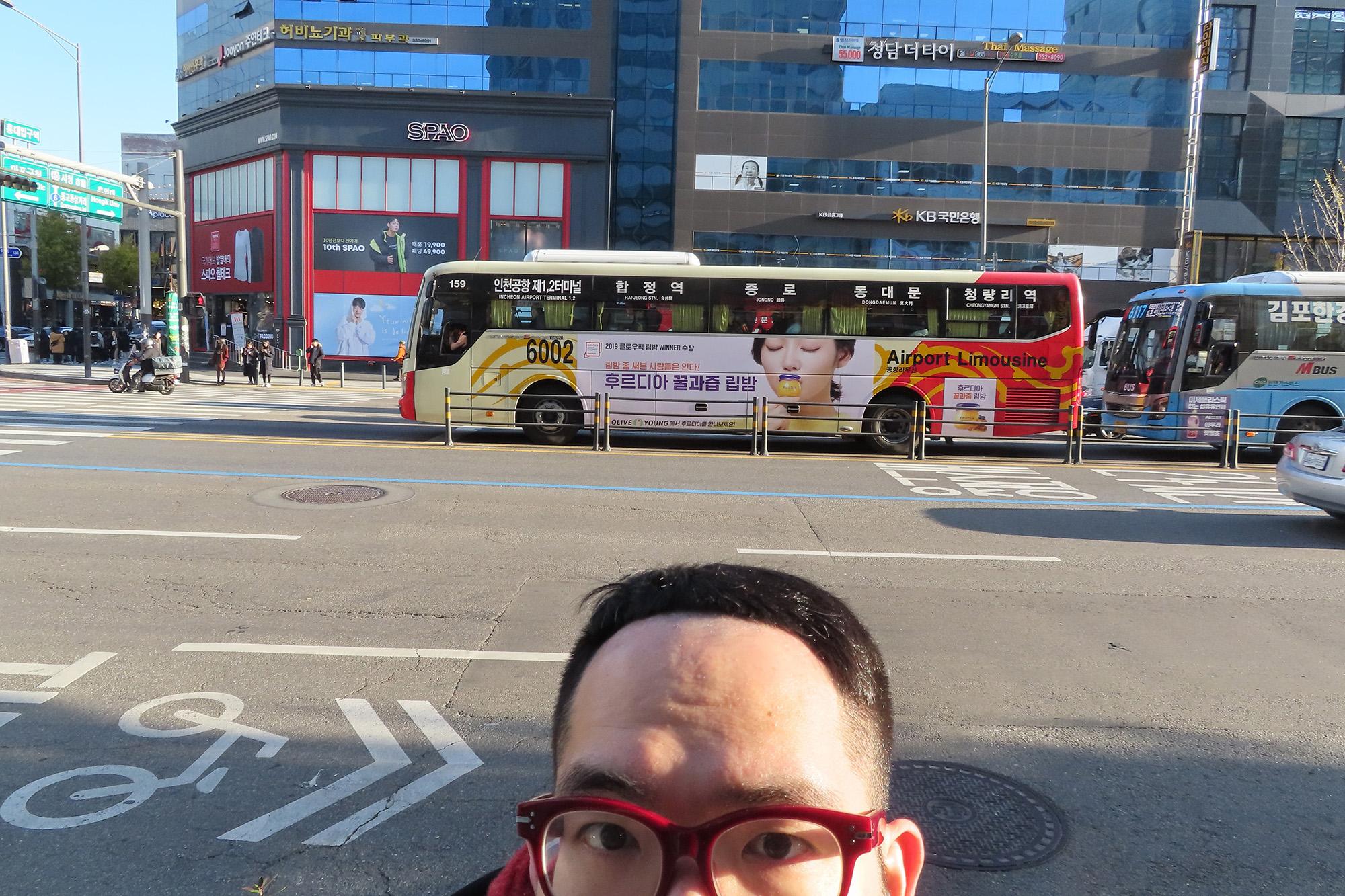 写真はホンデ(弘大)の近くでとりました。ホンデはソウルの高田馬場的な街です。学生とおいしいお店たくさんあります。