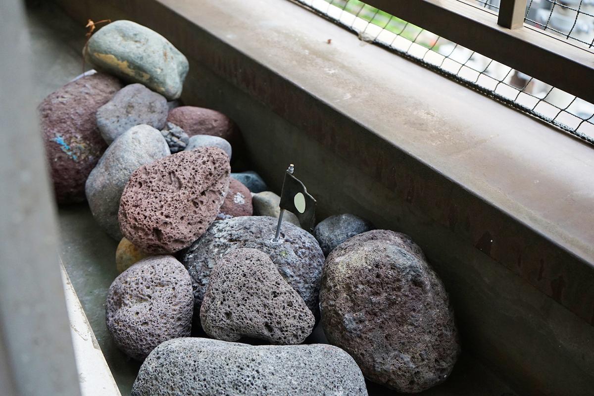 ベランダには、takaさんが富士山でひろってきたという溶岩が。