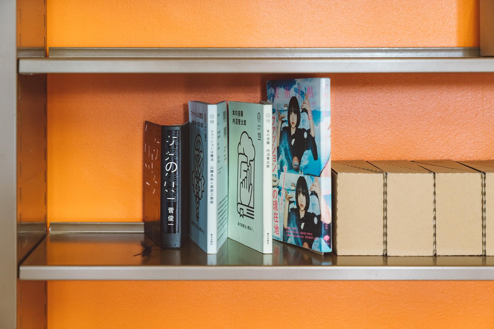 ブックスタンドを本の間に挟み、棚に並べた状態