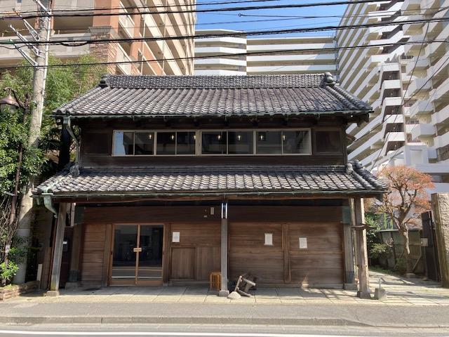 旧原田米店。店舗物件は道路に面しているが……