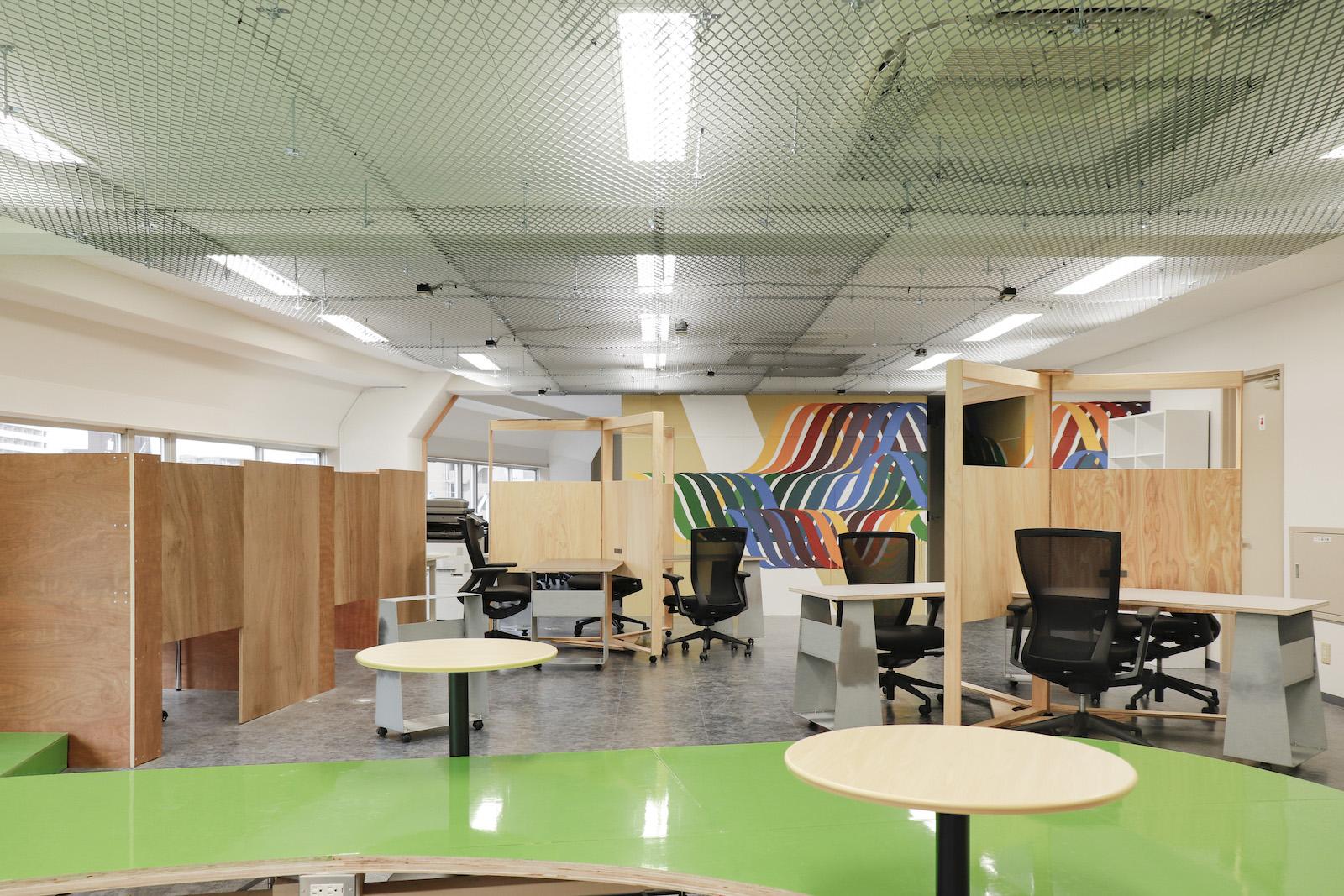 まちづ社、クリエイター、地元企業が入居するM.A.D.centerのオフィスフロア。